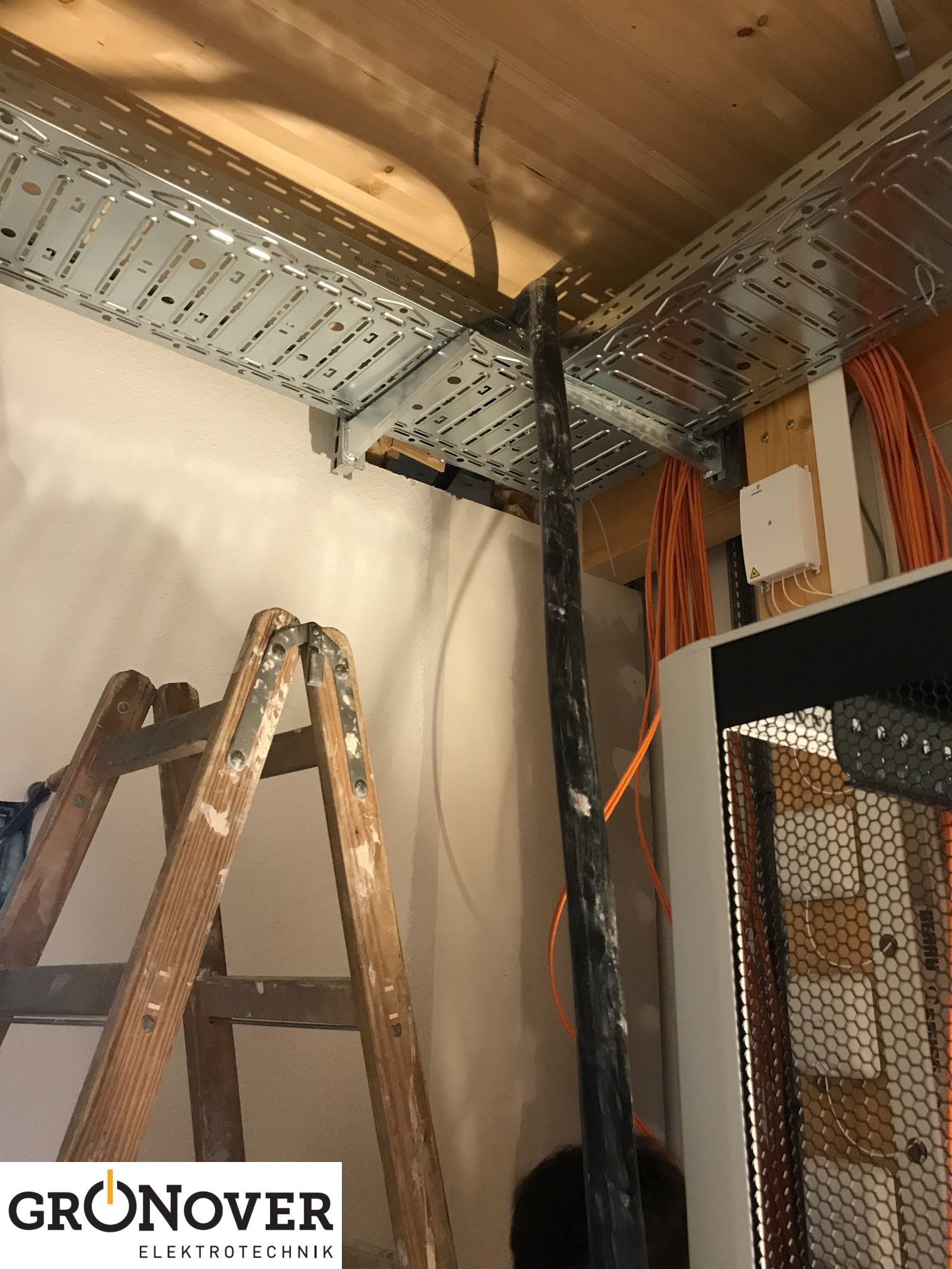 Neubau Blog 7 // Innen kommen die Verteiler und auch die Arbeiten an ...